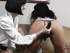 Зрелая лесбиянка в очках трахает себя и подругу длинным огурцом