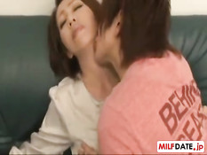 Пожилая японская женщина занимается любовью с молодым парнем