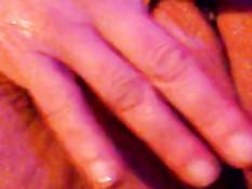 Женщина мастурбирует свою мокрую пизду рукой и снимает порно