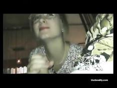 Молодая блондинка в очках сосёт и дрочит хуй за столиком в кафе