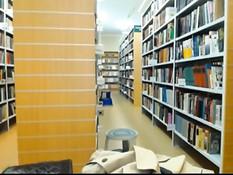 Развратная блондиночка в чёрном платье обнажается в библиотеке