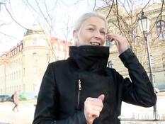 Секс с блондинкой Karol Lilien в стеклянной кабинке на набережной