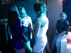 Роскошные девушки раздевают и ласкают друг друга в секс клубе