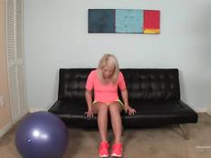 Гибкая молодая блондинка прыгает на члене у своего бойфренда