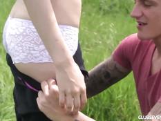 Парень на лугу сделал куни молодой подружке и оттрахал в киску