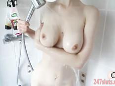 Красивая девчонка Stella Cox принимает душ и ласкает свою грудь