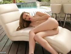 Юная красотка Capri Anderson мастурбирует клитор рукой и дилдо