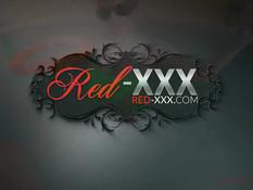 Рыжая женщина в очках Red XXX отсасывает у мужика в бассейне