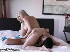 Молодая лесбиянка Adriana Chechik лижет киску зрелой Brandi Love