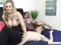 Групповой секс парня с сисястыми женщинами Julia Ann и Eva Notty
