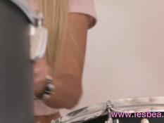 Блондинка Cayla Lyons ебёт подружку в лесбийской позе ножницы