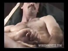 Гомосексуальный мужчина играет с членом в домашнем порно видео