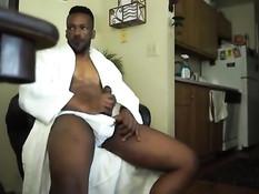 Темнокожий гей в белом халате решил подрочить собственный член