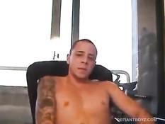 Гей с татуировкой на плече смотрит порнуху и надрачивает свой хуй