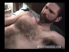 Волосатый гей с бородой снимает халат и дрочит пенис на кровати