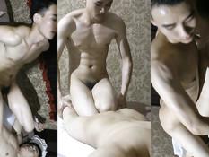 Тощий азиатский гей делает приятелю эротический массаж с маслом