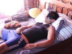 Гей на кровати дрочит свой пенис просматривая порно в 3D очках