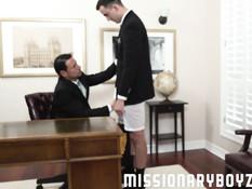 Босс гей в своём кабинете отпердолил молодого работника на столе