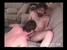 Женоподобный мужчина сосёт пенис и лижет очко бородатому гею