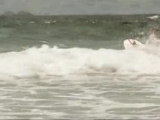 Девушка нудистка на пляже в Австралии катается на доске голышом