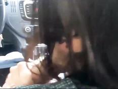 Водитель машины снял на смартфон как девка сосёт и дрочит член
