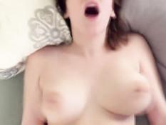 Он насаживает на член сексуальную подругу и снимает порно клип