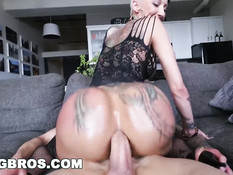 Порно звезда с тату и огромной жопой Bella Bellz оттрахана в анал