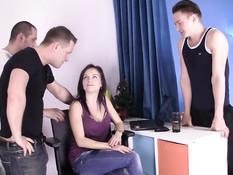 Молодая порно актриса Pola Sunshine сосёт члены и глотает сперму