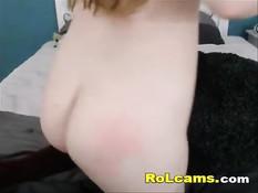 Юная толстушка со светлыми волосами позирует в порно видеочате