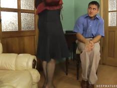 Молодой человек отпердолил очкастую мамочку в чёрных чулках