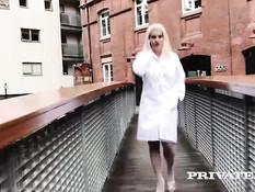 Медсестричка блондинка Sienna Day оттрахана в анус после отсоса