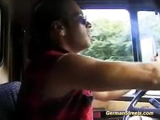 Блондиночка села к парням в грузовик и получила сразу два члена