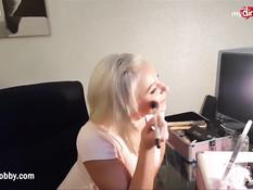 Сисястая немецкая блондинка насаживается на возбуждённый член