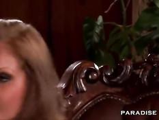 Девке в чёрных чулках Lauryn May делают двойное проникновение