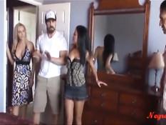 Две красивые пары пришли осмотреть дом и занялись свинг сексом