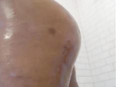 Татуированная девушка с большой грудью принимает горячий душ