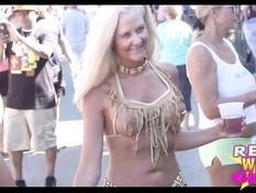 Полуголые девки показывают сиськи на улице во время карнавала
