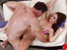 Мужик отымел сексуальную шатенку с большой грудью Jennifer Dark