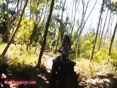 Тайская девка отсасывает и дрочит длинный член в райском месте