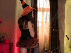 Нарядилась по поводу праздника Хэллоуин и выдрочила сперму