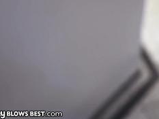 Знойная брюнетка Makayla Cox сосёт член в душе и глотает сперму