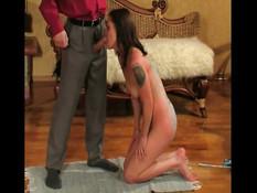 Прицепил прищепки к груди секс рабыни и отшлёпал сучку плетью