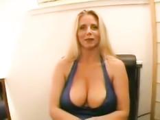 Красивая женщина со светлыми волосами выдрочила сперму грудью