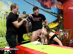 Немецкая брюнетка с хвостиком любит сперму в качестве приправы