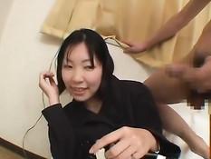 Стеснительной азиатской девке пришлось смотреть как парень дрочит