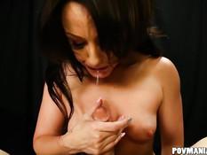 Страстная брюнетка Jennifer White выдрочила сперму двумя руками