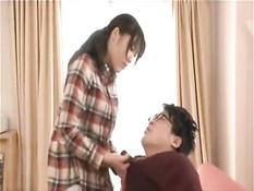 Умелая японская подруга подрочила парню член руками и сиськами