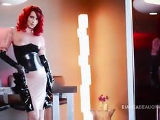 Красотка с красными волосами Bianca Beauchamp позирует в латексе