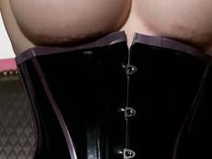 Грудастая женщина в латексном белье Latex Lucy играет с фаллосом