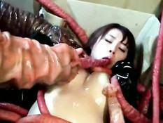 Грудастую японскую девушку обвили и изнасиловали щупальцы монстра